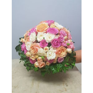Bouquet de roses pastelles et lierre