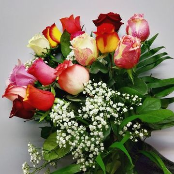 Bouquet de roses multicolores tiges moyennes